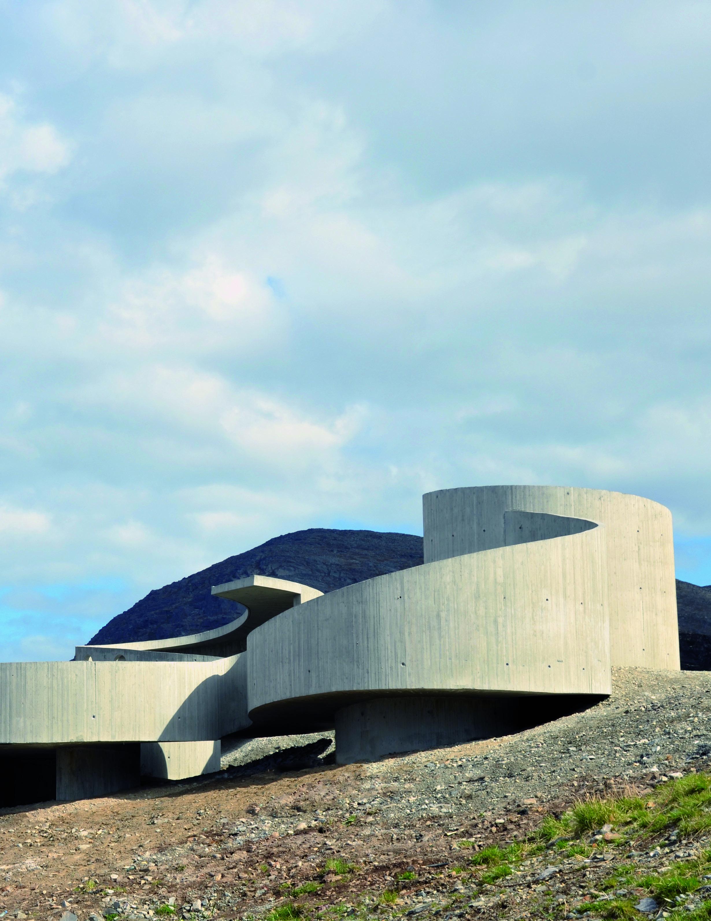 Die Raststation und Aussichtsplattform am nordwegischen Küstenort Selvika beherrscht souverän den Hüftschwung.